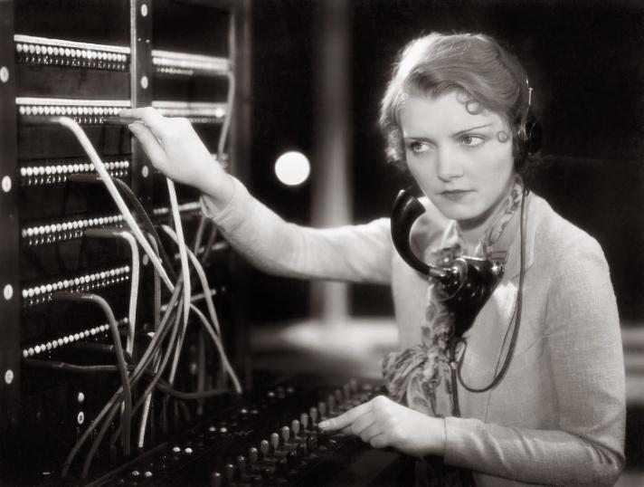 women-telephone-operators-at-work-12